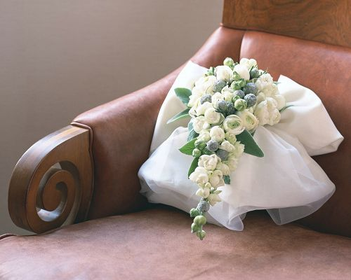 click to free download the wallpaper--Wedding Flowers Photo, a Bouquet of White and Pure Flowers