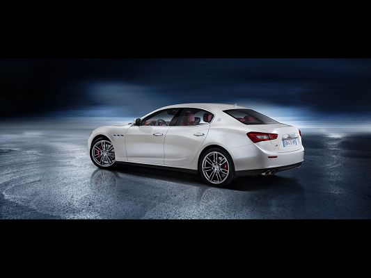 click to free download the wallpaper--World-Famous Car Images of Maserati Ghibli, a Decent Car About to Turn a Corner, Great in Look