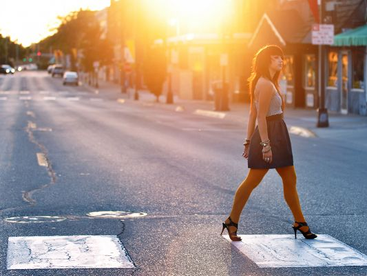 click to free download the wallpaper--Young Lady Image, Girl Crossing the Street, Walk in Sunshine