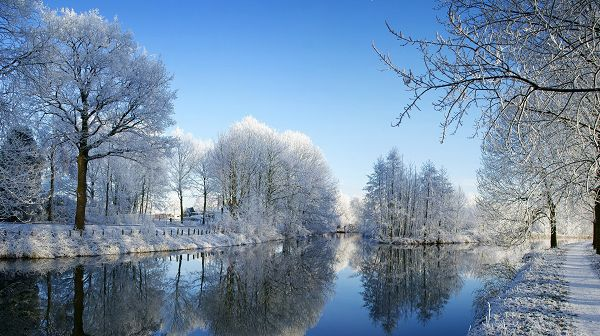 click to free download the wallpaper--beautiful nature wallpaper - The River is Not Freezing, Snow is All Over the Trees and Road, Quite a Contrast!