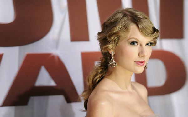 free wallpaper of country music artist-Taylor Swift,click to download