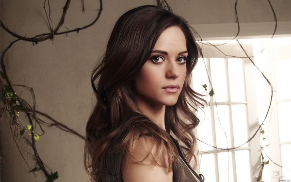 free wallpaper of stars: smart Lyndsy Fonseca ,click to download