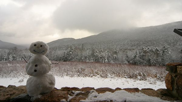click to free download the wallpaper--scenery photos - A Smiling Snowman as the Main Character, He is Quite Happy and Pure