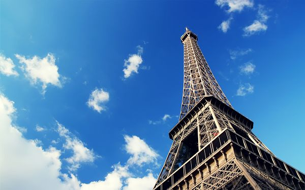 Wallpaper Of Great Building: Eiffel Tower In The Sky