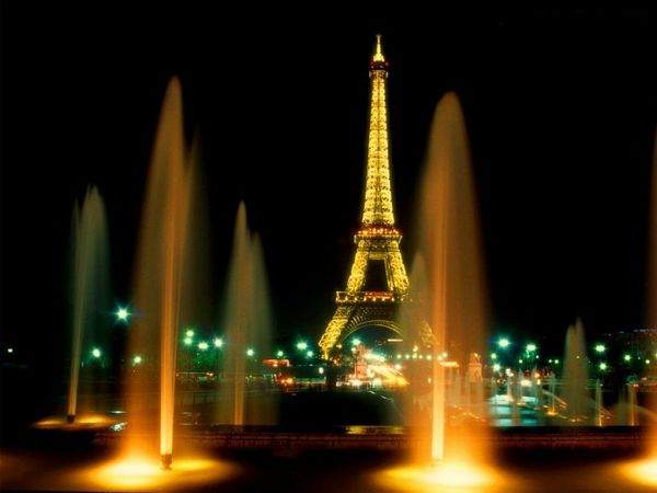 wonderful wallpaper: the Eiffel Tower in evening ,click to download