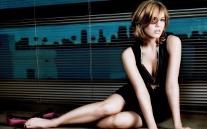 Mandy Moore HD Post in Pixel of 1920x1200, Girl in Black Hot Dress, Skin is Snowy White, Sitting on Floor, She is Hard to Believe - TV & Movies Post